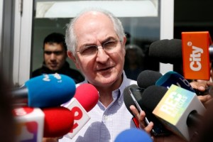 Antonio Ledezma, Venezuelan opposition leader, gives statements to the press during his arrival in Bogota, Colombia November 17, 2017. Credit: Reuters/Jaime Saldarriaga