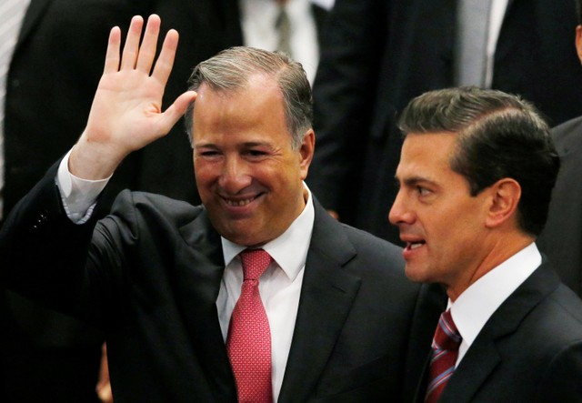 Mexico's outgoing Finance Minister Jose Antonio Meade waves next to President Enrique Pena Nieto during an event where Pena Nieto announced the resignation of Antonio Meade, at Los Pinos presidential residence in Mexico City, Mexico November 27, 2017. Credit: Reuters/Henry Romero