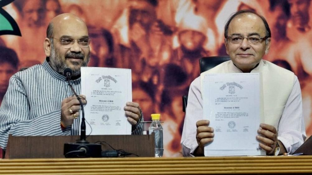BJP leaders Amit Shah and Arun Jaitley display copies of Narendra Modi's degree certificate at a press conference. Credit: PTI