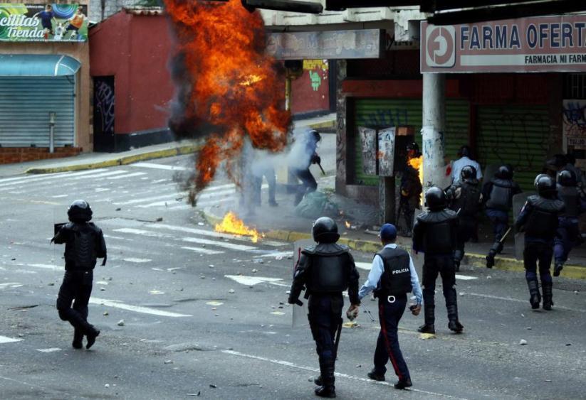 Opposition supporters clash with police during protests against unpopular leftist President Nicolas Maduro in San Cristobal, Venezuela April 19, 2017. Credit: Reuters/Carlos Eduardo Ramirez