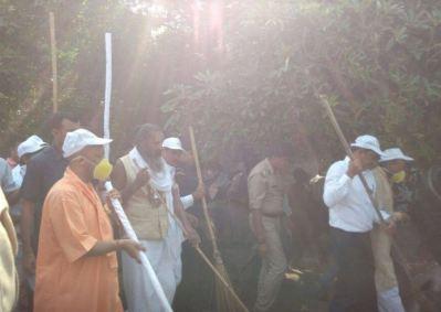 Cleanliness drive in Chitrakoot. Credit: Khabar Lahariya