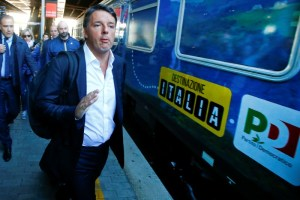 """Italy's Former Prime Minister Matteo Renzi arrives to board a train during his electoral tour """"Destinazione Italia"""" (Destination Italy) at the Tiburtina train station in Rome, Italy October 17, 2017. Credit: Reuters/Tony Gentile"""