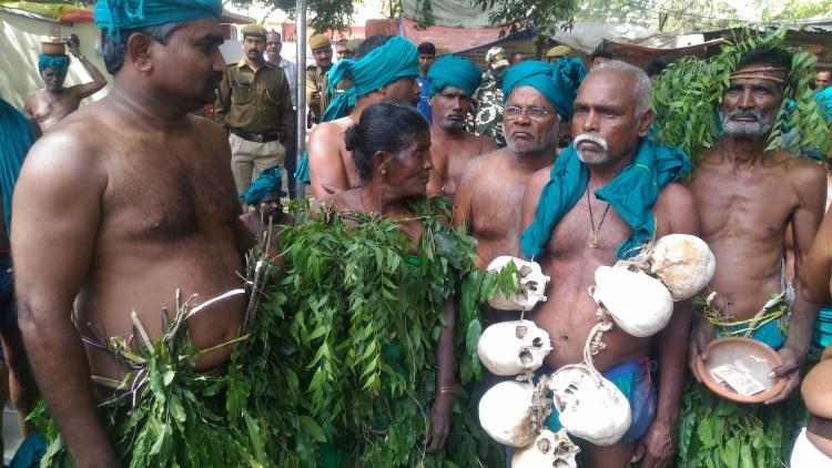 जंतर-मंतर पर आत्महत्या कर चुके किसानों के कंकाल के साथ प्रदर्शन करते तमिलनाडु के किसान. Farmers