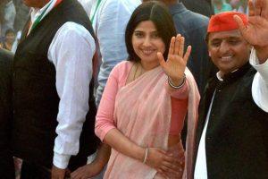 उत्तर प्रदेश के पूर्व मुख्यमंत्री और समाजवादी पार्टी के अध्यक्ष अखिलेश यादव सांसद और अपनी पत्नी डिंपल यादव के साथ. (फोटो: पीटीआई)