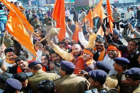 हिंदू युवा वाहिनी कार्यकर्ताओं पर गैंगरेप का मामला दर्ज, दारोगा की वर्दी फाड़ी