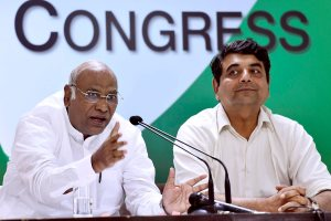 New Delhi: Senior Congress leader Mallikarjun Kharge  addressing the media at AICC headquarters in New Delhi on Thursday. Congress leader RPN Singh is also seen. PTI Photo by Kamal Singh(PTI9_14_2017_000049A)