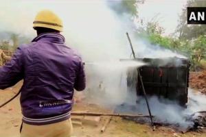 कासगंज में शनिवार को जारी हिंसा के दौरान कई दुकानों को जला दिया गया. (फोटो साभार: एएनआई)