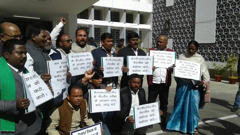 इस साल के जनवरी के महीने में झारखंड विधानसभा के बजट सत्र के दौरान विपक्षी दल के विधायकों ने झारखंड लोक सेवा आयोग में परीक्षाओं को लेकर जारी अनियमितताओं का जताया विरोध. (फोटो: नीरज सिन्हा)