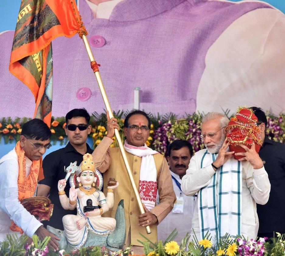 एकात्म यात्रा से पहले शिवराज सिंह चौहान सरकार ने नर्मदा सेवा यात्रा का आयोजन किया था. इसके समापन समारोह में प्रधानमंत्री नरेंद्र मोदी भी शामिल हुए थे. (फोटो: पीआईबी)