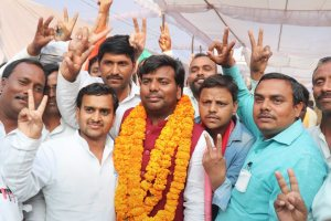 Gorakhpur: Samajwadi Party candidate Praveen Kumar Nishad flashes victory sign after his success in the bypoll elections, in Gorakhpur on Wednesday. PTI photo(PTI3_14_2018_000163B)