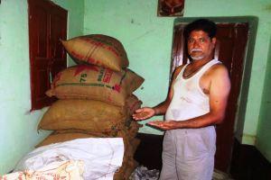 मोकामा टाल स्थित चिंतामणिचक के किसान भवेश कुमार का कहना है कि व्यापारी दाल खरीद भी लेते हैं तो तुरंत पैसा नहीं देते हैं. (फोटो: उमेश कुमार राय/द वायर)
