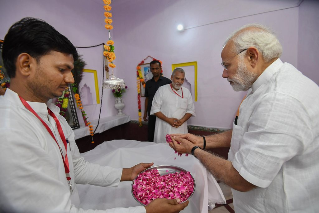 Sant Kabir Nagar : Prime Minister, Narendra Modi offers floral tribute at Samadhi of the great saint and poet, Kabir, at Maghar, in Sant Kabir Nagar district of Uttar Pradesh on Thursday, June 28, 2018. (PIB Photo via PTI).(PTI6_28_2018_000130B)