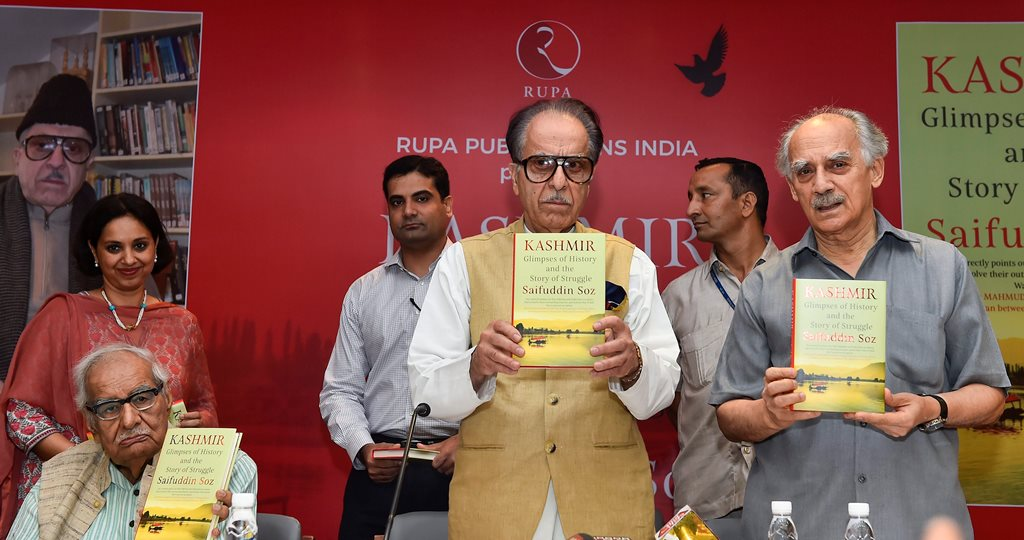 "New Delhi: Congress leader Saifuddin Soz with former Union minister Arun Shourie (R) and veteran journalist Kuldip Nayar (L) during the launch of his book ""Kashmir: Glimpses of History and the Story of Struggle"", in New Delhi on Monday, June 25, 2018. (PTI Photo/Kamal Singh) (PTI6_25_2018_000214B)"