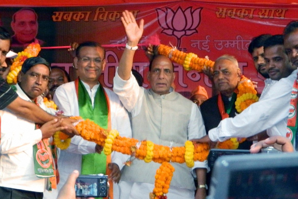 Ramgarh: BJP National President Rajnath Singh along with Senior BJP leader Yashwant Sinha, candidate for Ramgarh Lok Sabha seat Jayant Sinha being garlanded by party workers during an election rally at Ramgarh in Jharkhand 45kms from Ranchi on Tuesday. PTI Photo(PTI4_1_2014_000219A)
