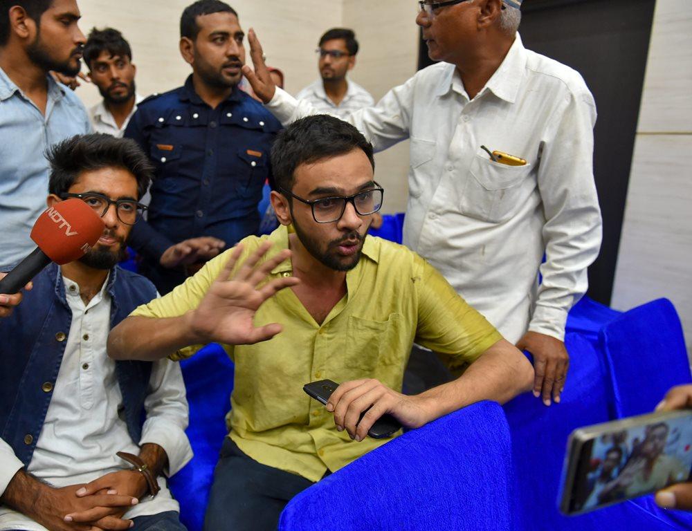 दिल्ली में जेएनयू के छात्र नेता उमर ख़ालिद पर अज्ञात व्यक्ति ने गोली चलाई
