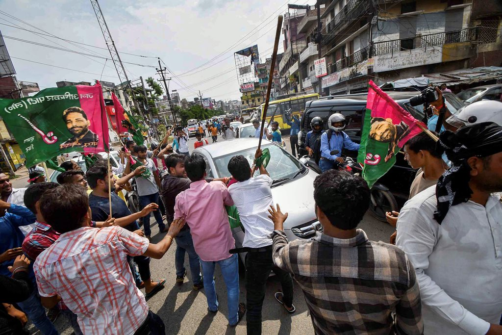 Patna: Jan Adhikar Party supporters vandalise vehicles during 'Bharat Bandh' protest against fuel price hike and depreciation of the rupee, in Patna, Monday, Sept 10, 2018. (PTI Photo)(PTI9_10_2018_000025B)