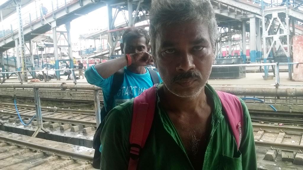 नवीन कुमार गुजरात के असलाली में एक गारमेंट फैक्टरी में काम करते थे. हिंसा के बाद डर कर वह बिहार लौट आए हैं. (फोटो: उमेश कुमार राय/द वायर)