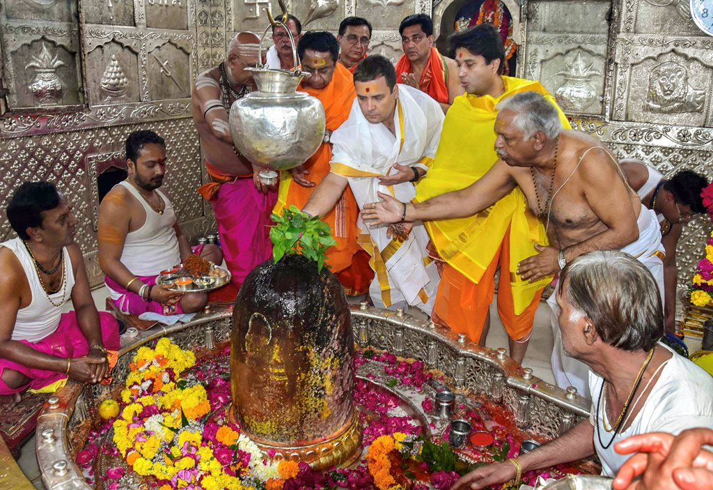 Ujjain: Congress President Rahul Gandhi in Mahakaleshwar Mandir in Ujjain, Monday, Oct 29, 2018. (Handout Photo via PTI) (PTI10_29_2018_000138B)