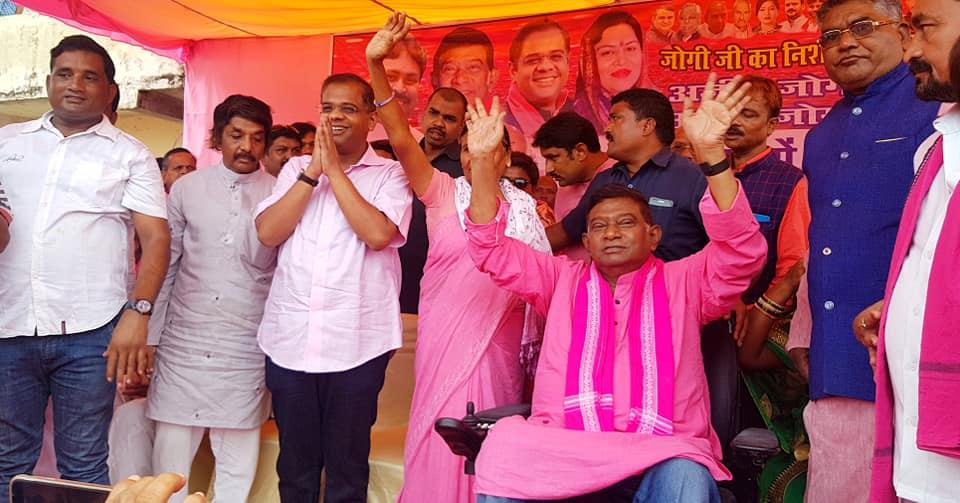 एक चुनावी सभा में बेटे अमित जोगी (बाएं) के साथ अजीत जोगी (फोटो साभार: फेसबुक/अजीत जोगी)