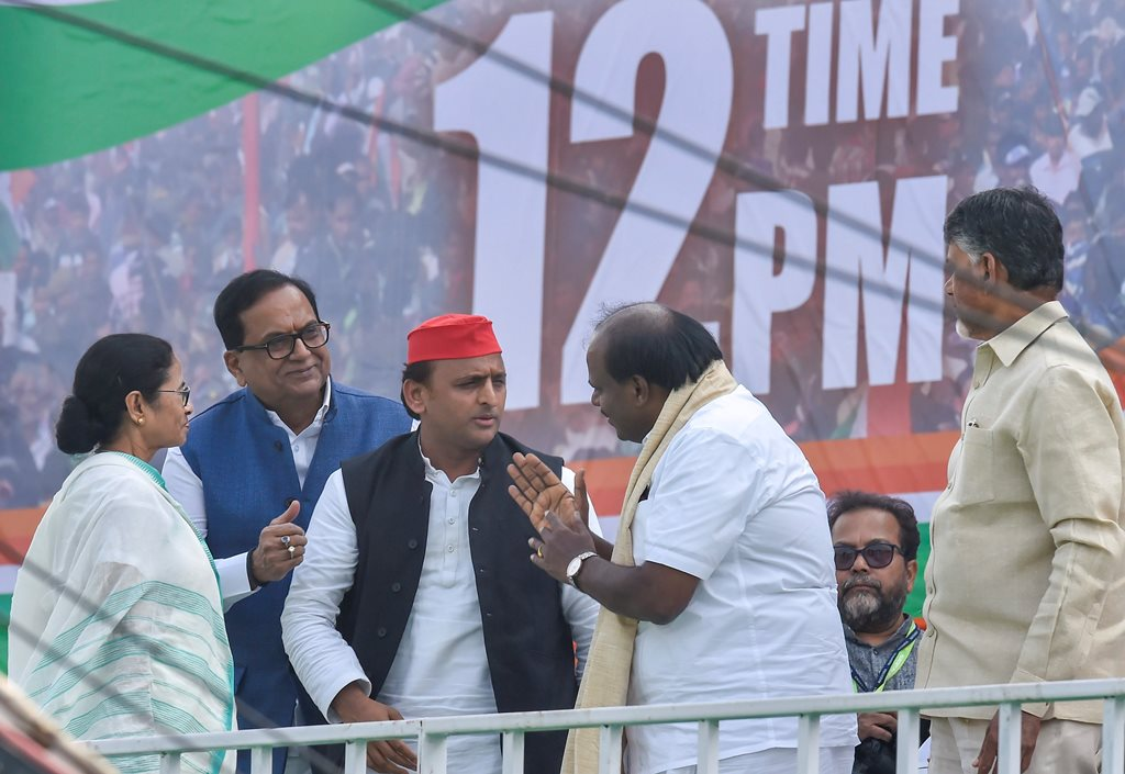 Kolkata:West Bengal Chief Minister Mamata Banerjee interacts with Karnataka Chief Minster H D Kumarswamy and Samajwadi Party Chief Akhilesh Yadav as AP CM N Chandrababu Naidu and BSP leader SC Mishra look on, Trinamool Congress (TMC)'s mega rally 'Brigade Samavesh' in Kolkata, Saturday, Jan 19, 2019. (PTI Photo/Ashok Bhaumik) (PTI1_19_2019_000107B)