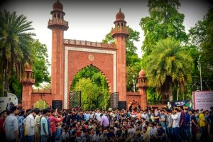 अलीगढ मुस्लिम यूनिवर्सिटी के गेट पर एक विरोध प्रदर्शन (फाइल फोटो: पीटीआई)