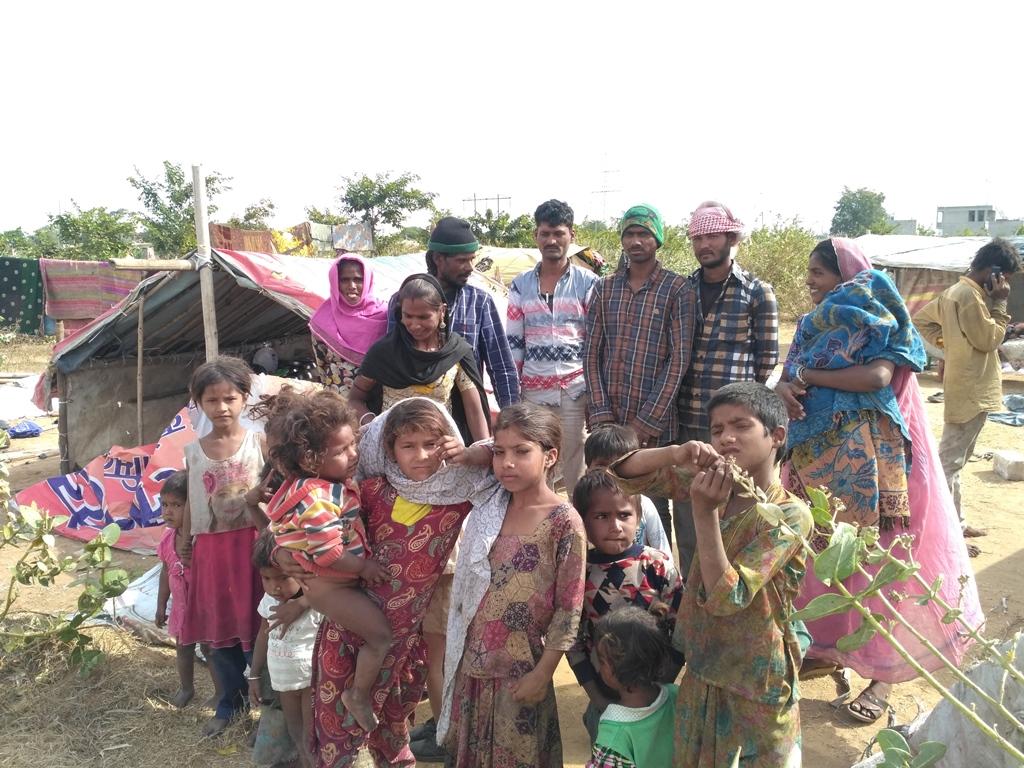 जयपुर विकास प्राधिकरण की कार्रवाई से प्रभावित घुमंतू समुदाय के लोग. (फोटो: माधव शर्मा/द वायर)