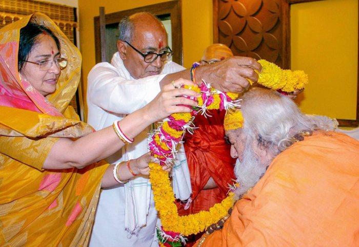 Bhopal: Congress candidate for Bhopal Lok Sabha seat Digvijay Singh and wife Amrita Singh garland to seek blessings of Jagatguru Shankaracharya Swami Swaroopanand Saraswati at his ashram, before filing his nomination paper for LS elections, in Bhopal, Saturday, April 20, 2019. (PTI Photo) (PTI4_20_2019_000046B)