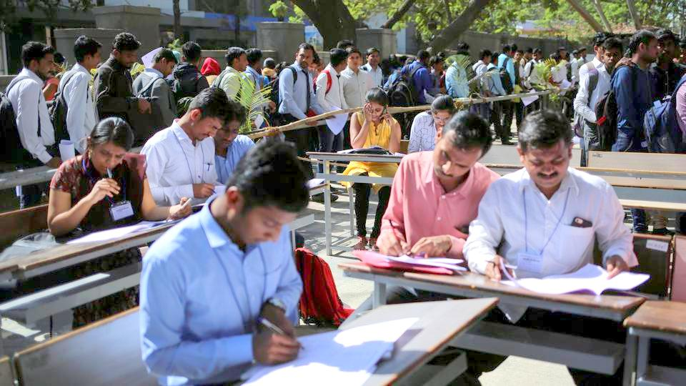 Job seekers fill up forms for registration in Chinchwad, India, February 7, 2019 (Danish Siddiqui / REUTERS)