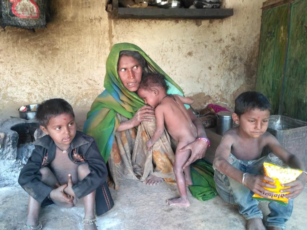 अपने बच्चों के साथ गोपी भील. (फोटो: माधव शर्मा)