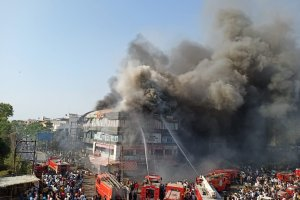 गुजरात के सूरत शहर के एक कोचिंग सेंटर में लगी आग. (फोटो साभार: ट्विटर/@SECULAR_IN)