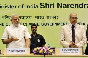 प्रधानमंत्री नरेंद्र मोदी के साथ प्रधान सचिव नृपेंद्र मिश्रा. (फोटो साभार: पीआईबी)