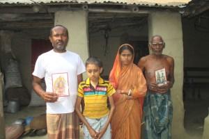 बांग्लादेश के नौगांव जिले में वेस्टेड प्रॉपर्टी एक्ट के शिकार कालीकांत मंडल अपने परिवार के साथ.