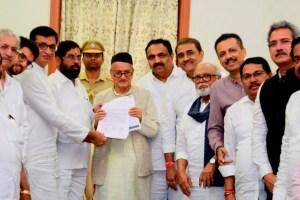 Mumbai:  'Maha Vikas Aghadi' MLAs and leaders submitted a letter to Governor Bhagat Singh Koshyari declaring Shiv Sena Chief Udhhav Thackeray as their leader at Raj Bhavan, Mumbai, Tuesday, Nov 26, 2019. (PTI Photo)(PTI11_26_2019_000303B)