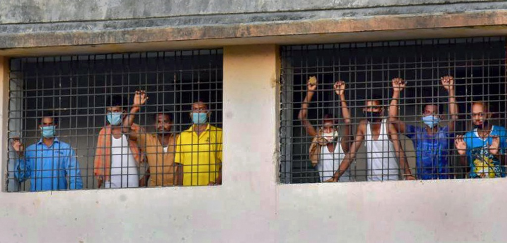 Nagpur: Labourers wearing face masks look through the windows of a building where they are sheltered, during ongoing COVID-19 lockdown in Nagpur, Thursday, April 23, 2020. (PTI Photo) (PTI23-04-2020_000182B)