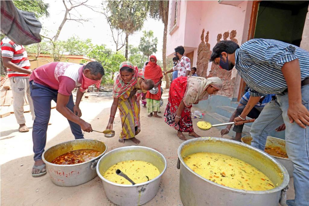 Birbhum: Volunteers distribute food among the needy, during the nationwide lockdown to curb the spread of coronavirus, in Birbhum district, Thursday, April 23, 2020. (PTI Photo)(PTI23-04-2020 000084B)