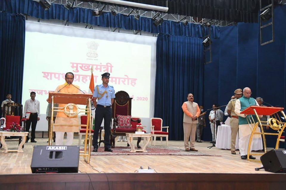 मुख्यमंत्री पद की शपथ लेते शिवराज सिंह चौहान. (फोटो साभार: फेसबुक/ChouhanShivraj)