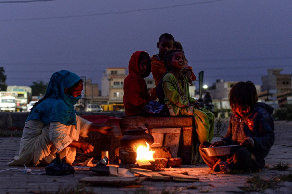 Jalandhar: A migrant woman prepares food for her family along a road, during the ongoing COVID-19 nationwide lockdown, in Jalandhar, Saturday, May 30, 2020. (PTI Photo) (PTI30-05-2020 000181B)