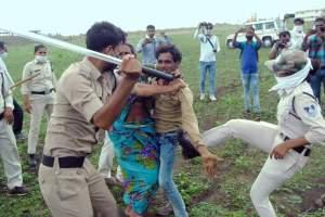 अतिक्रमण हटाने गई पुलिस ने दलित दंपत्ति पर बल प्रयोग भी किया. (फोटो साभार: ट्विटर)