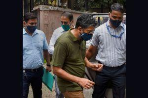 मुंबई में एनआईए अधिकारियों के साथ प्रोफेसर हेनी बाबू एमटी. (फोटो: पीटीआई)