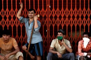 Migrant workers, who work in textile looms, are seen outside a loom after it was shut due to the 21-day nationwide lockdown to slow the spread of the coronavirus disease, in Bhiwandi on the outskirts of Mumbai, India, April 1, 2020. Photo: Reuters/Francis Mascarenhas/Files