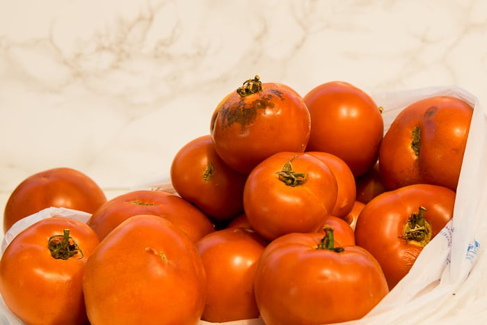 Picture of diferent size tomatoes