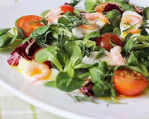 Любители пикантных салатов оценят рецепт блюда, в котором, вместо свежих помидоров используются вяленые или запеченные плоды.