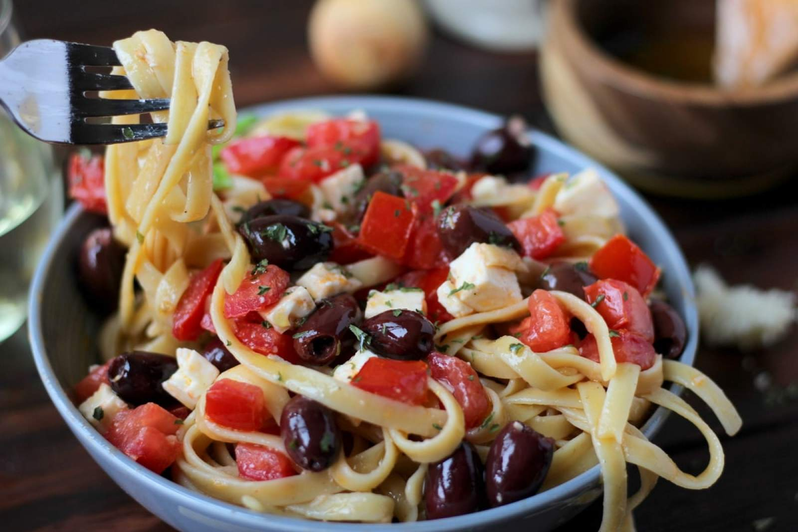 Warm Greek Pasta - thewoodenskillet.com #meatless #vegetarian
