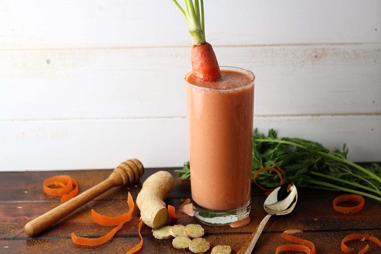 Clean Carrot, Ginger, Cinnamon + Vanilla Smoothie - with peach, honey and flaxmeal.  thewoodenskillet.com