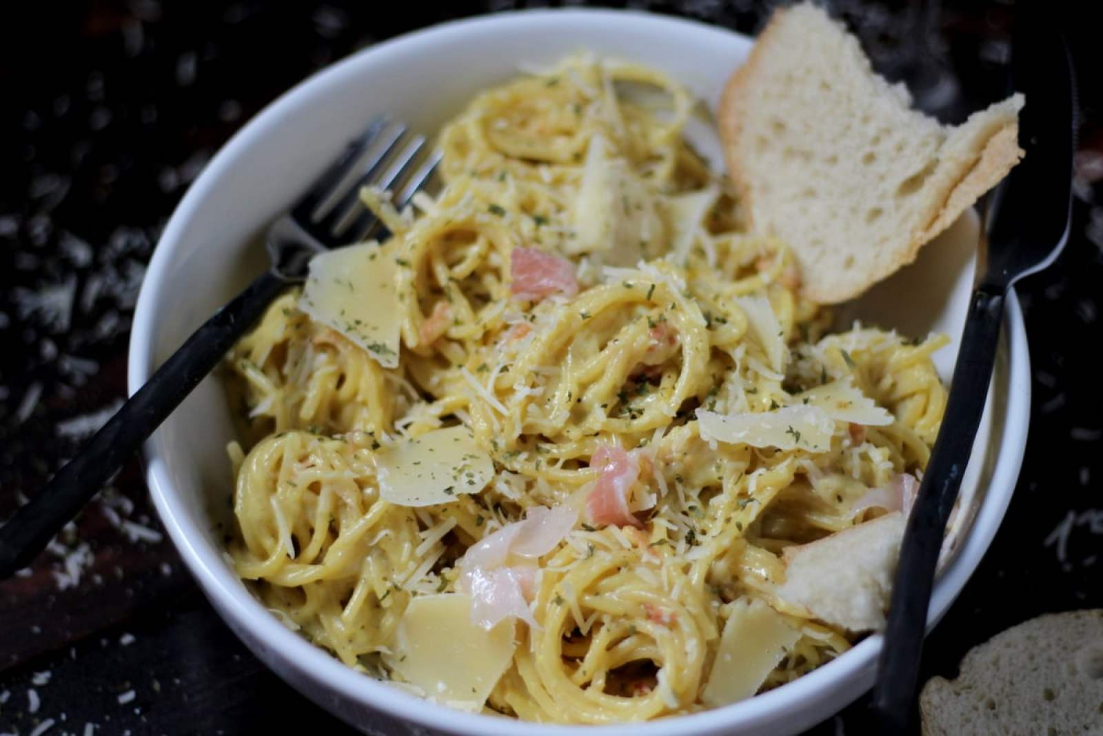 How to make classic spaghetti alla carbonara - the perfect Italian pasta dish! thewoodenskillet.com