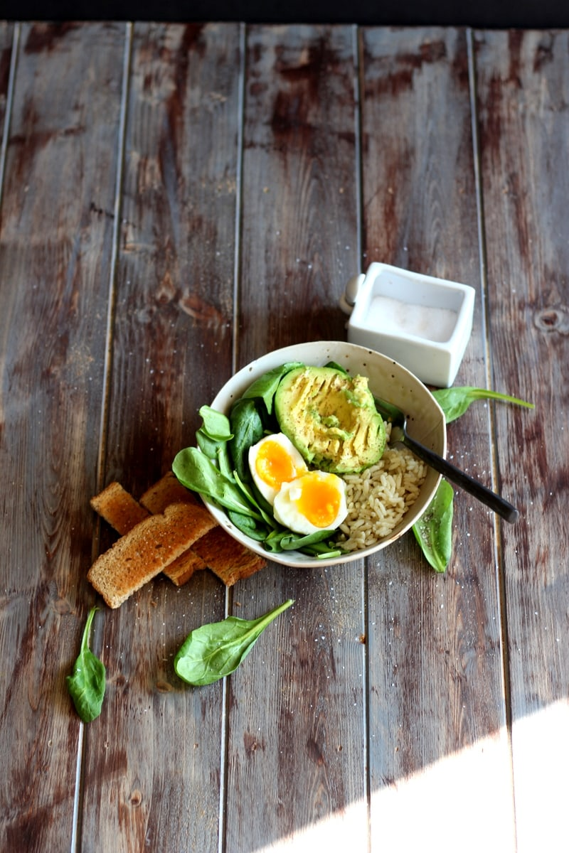 Healthy Avocado and Egg Lunch Bowl. A quick, easy and healthy lunch recipe that will keep you full all afternoon! thewoodenskillet.com #vegetarian
