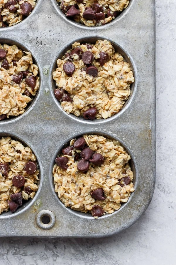 Chocolate Chip Baked Oatmeal Cups - made with simple, real ingredients these family-friendly oatmeal cups are going to be your new favorite! (Dairy-free + Gluten-free + Egg-free) #bakedoatmealcups #oatmealcups #bakedoatmeal #chocolatechipoatmeal #chocolatechipbakedoatmeal #glutenfreerecipes