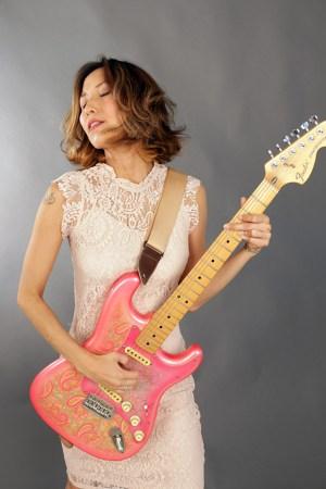 tora-guitar-side