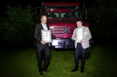 """F l t r: David Böhler (Productmanagement Unimog) and Achim Vogt (Head of Development for the Unimog All-Terrain and Cab) at the award ceremony of """"Off-road vehicle of the Year"""" of the specialist magazine """"Off Road"""" in Munich."""
