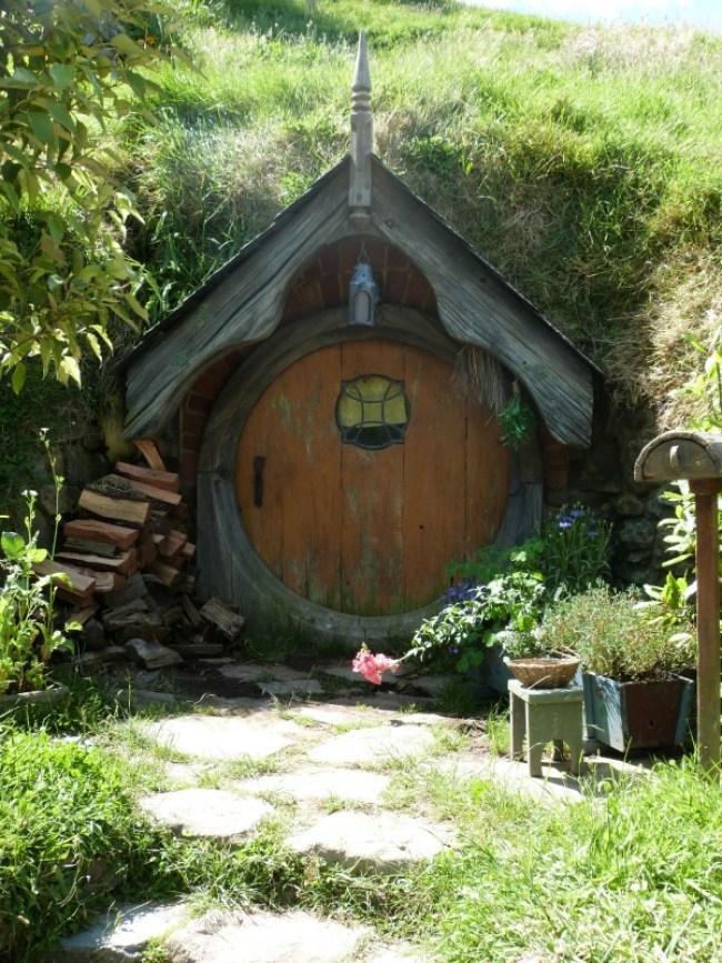 Cute hobbit hole at the Hobbiton Movie Set in New Zealand
